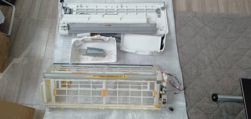エアコンクリーニング お掃除機能付きタイプの分解の様子